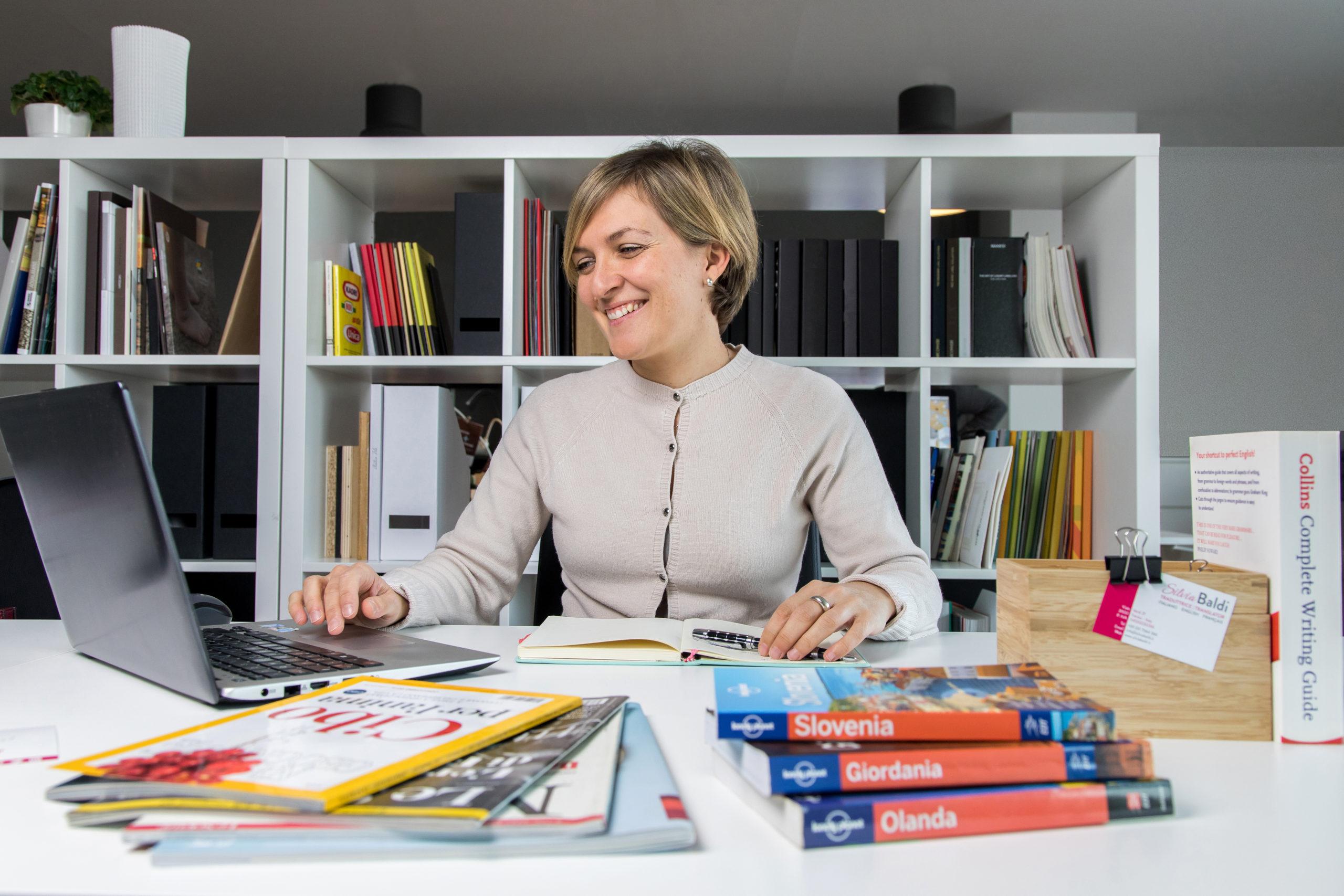 Silvia Baldi alla scrivania davanti al computer